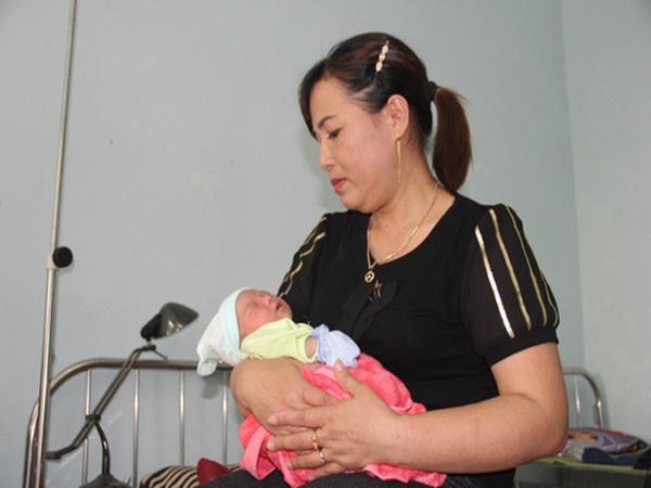 Bé gái sơ sinh nặng 3 kg bị bỏ rơi dưới gốc cây xà cừ - Ảnh 1
