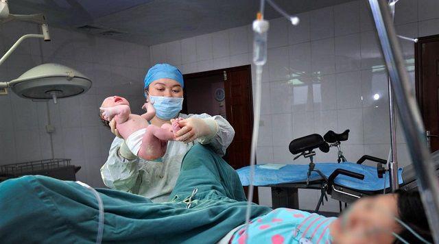 Sau sinh sản phụ đòi đi vệ sinh bác sĩ hoảng loạn bắt ký giấy phẫu thuật lần 2 - Ảnh 2