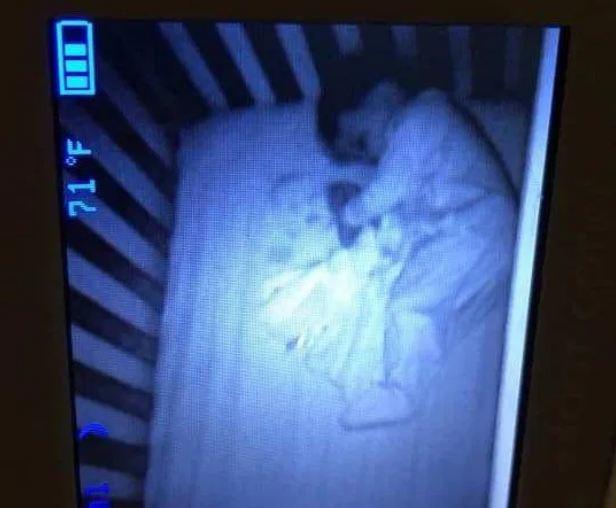 Tối soi camera thấy có bóng ma nằm cạnh con, đến khi kiểm tra mẹ mới phát hiện sự thật trớ trêu - Ảnh 1