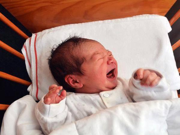 Trẻ sơ sinh thở khò khè và hay vặn mình là bị làm sao? - Ảnh 1