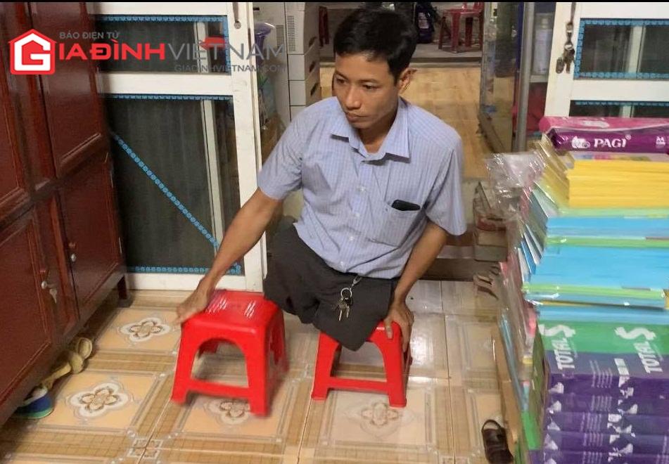Người thầy giáo đứng bục giảng trên đôi ghế nhựa - Ảnh 2