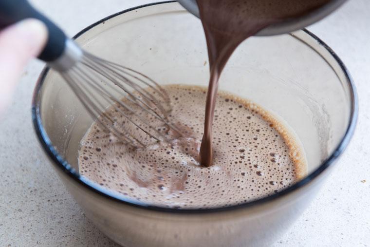 Bột cacao cần được đánh cho nhuyễn mịn trước khi pha với sữa