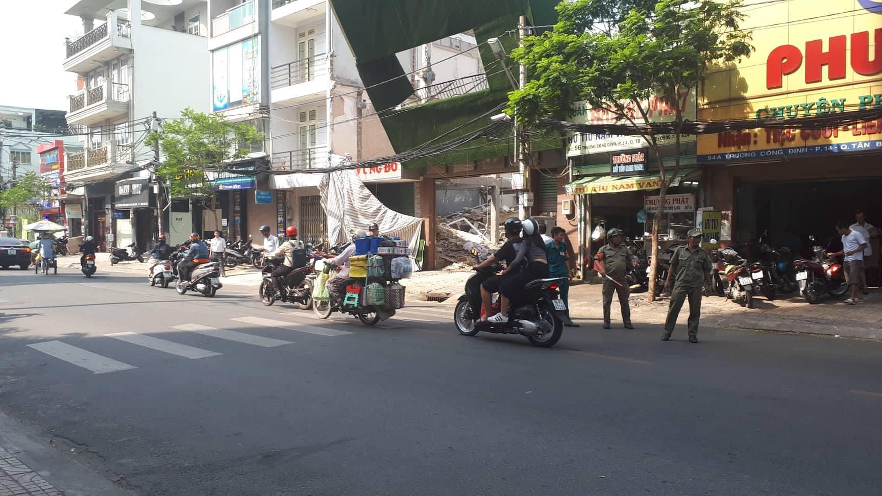 Rùng mình bảng quảng cáo khổng lồ ngã vào cột điện, treo lơ lửng trên đầu người đi đường ở Sài Gòn - Ảnh 2