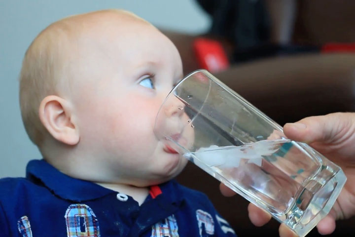 Cảnh báo: Cho trẻ sơ sinh uống nước coi chừng làm hại con - Ảnh 1