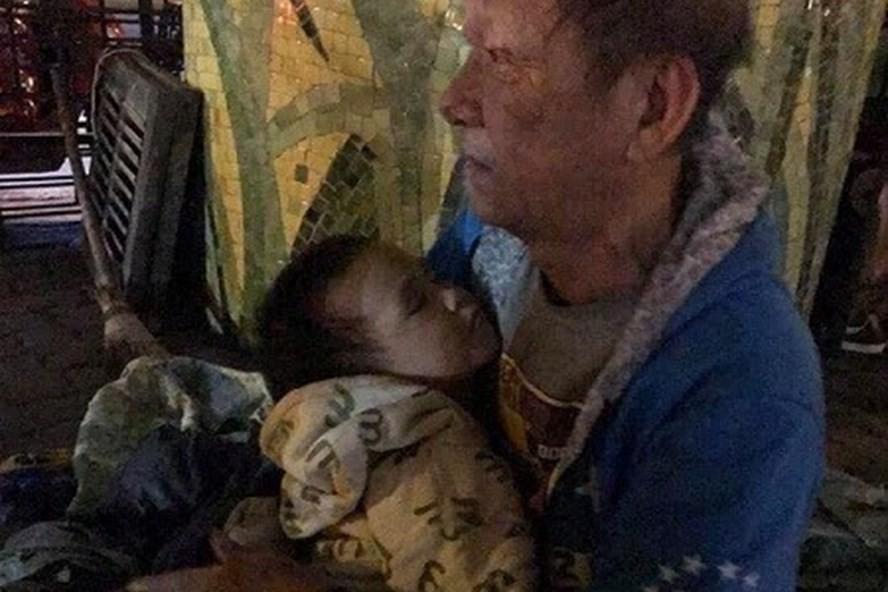 Cụ ông 72 tuổi bế cháu 3 tuổi ngủ gầm cầu: Trung tâm bảo trợ tiếp nhận - Ảnh 1