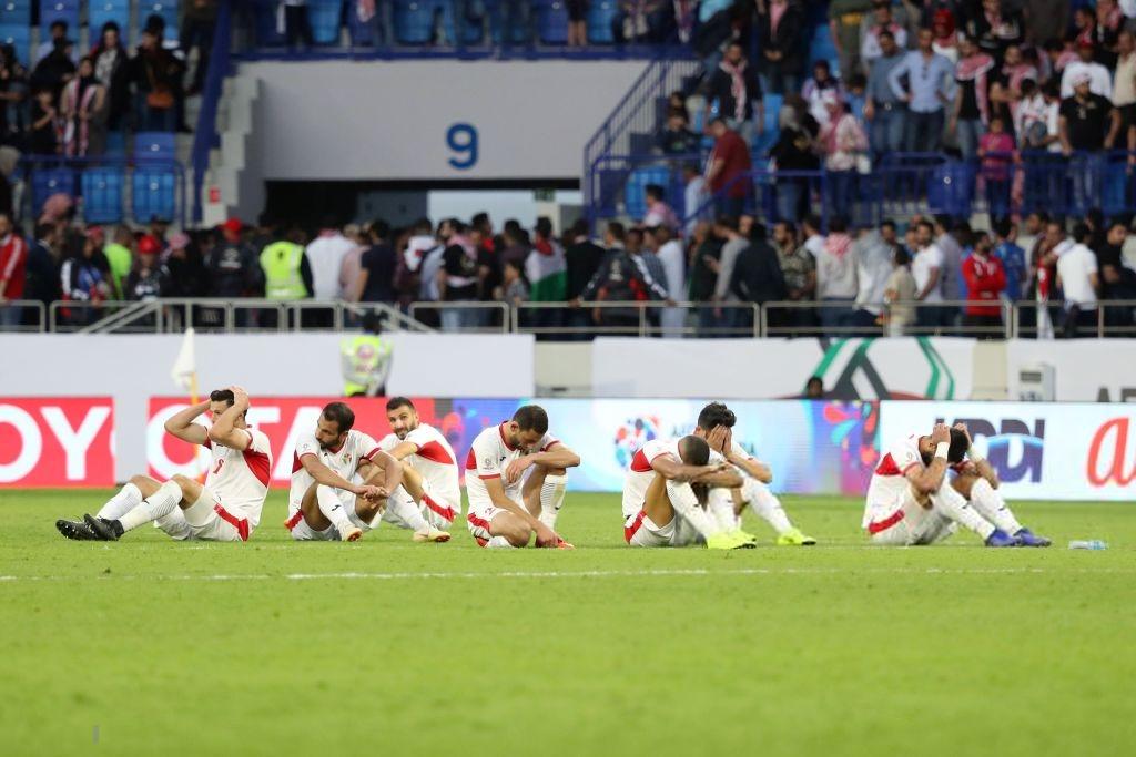 Đáng thương hình ảnh cầu thủ Jordan gục đầu khóc sau quả luân lưu định mệnh của Tư Dũng - Ảnh 2