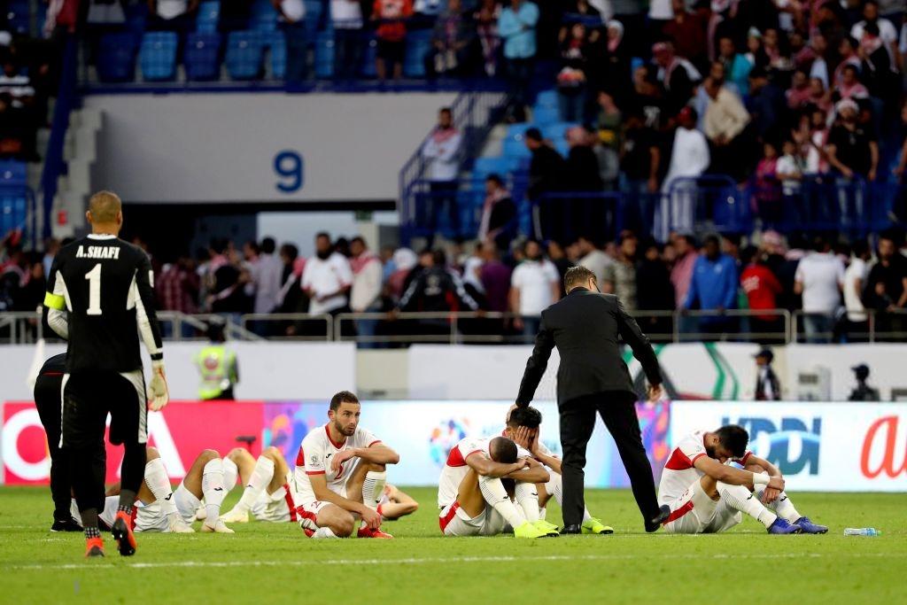 Đáng thương hình ảnh cầu thủ Jordan gục đầu khóc sau quả luân lưu định mệnh của Tư Dũng - Ảnh 3