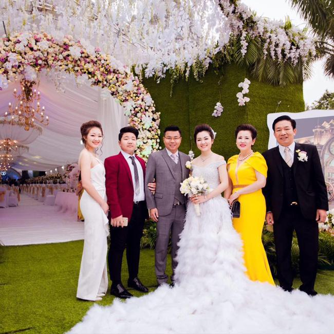 Cô dâu trong đám cưới 200 cây vàng ở lâu đài xinh đẹp, nhưng nhan sắc của người mẹ mới thật đáng ngưỡng mộ - Ảnh 11