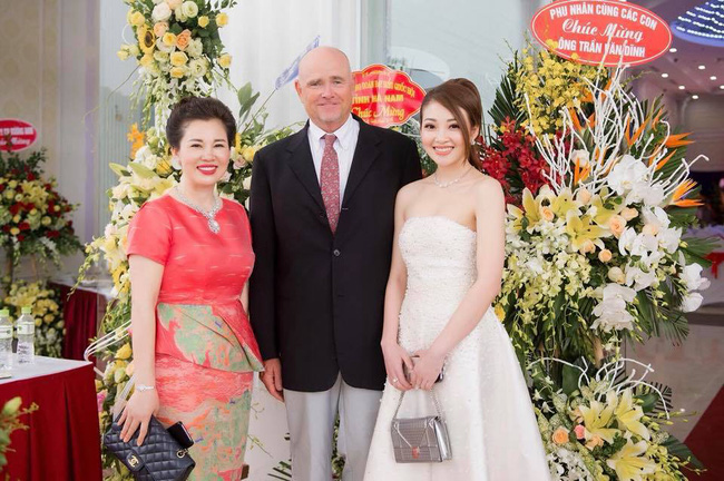 Cô dâu trong đám cưới 200 cây vàng ở lâu đài xinh đẹp, nhưng nhan sắc của người mẹ mới thật đáng ngưỡng mộ - Ảnh 14