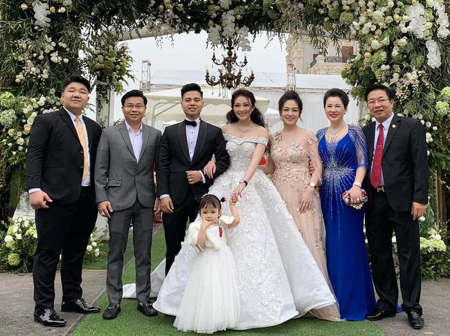 Cô dâu trong đám cưới 200 cây vàng ở lâu đài xinh đẹp, nhưng nhan sắc của người mẹ mới thật đáng ngưỡng mộ - Ảnh 3