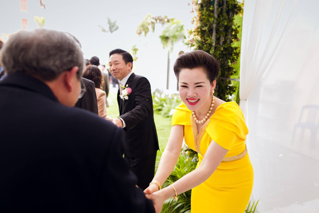 Cô dâu trong đám cưới 200 cây vàng ở lâu đài xinh đẹp, nhưng nhan sắc của người mẹ mới thật đáng ngưỡng mộ - Ảnh 6