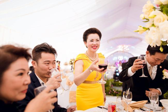 Cô dâu trong đám cưới 200 cây vàng ở lâu đài xinh đẹp, nhưng nhan sắc của người mẹ mới thật đáng ngưỡng mộ - Ảnh 7