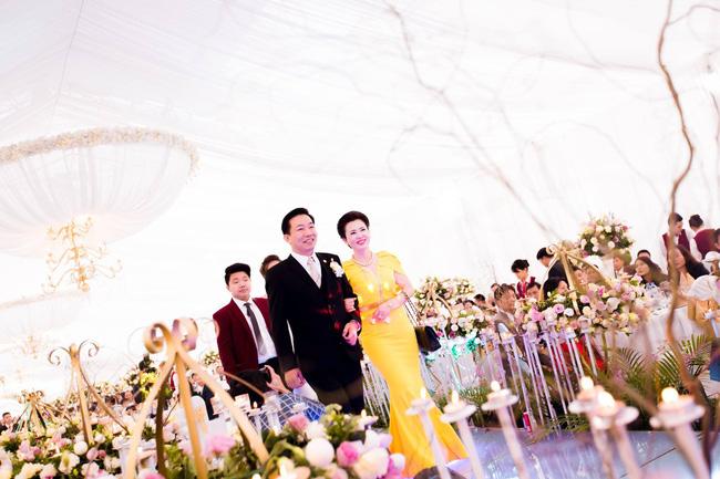 Cô dâu trong đám cưới 200 cây vàng ở lâu đài xinh đẹp, nhưng nhan sắc của người mẹ mới thật đáng ngưỡng mộ - Ảnh 8