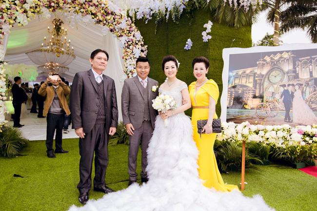 Cô dâu trong đám cưới 200 cây vàng ở lâu đài xinh đẹp, nhưng nhan sắc của người mẹ mới thật đáng ngưỡng mộ - Ảnh 9