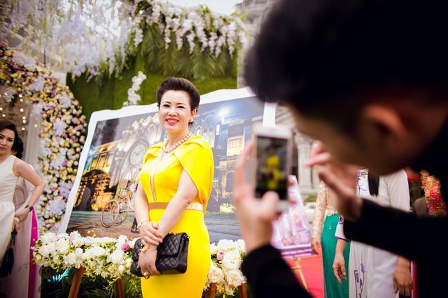 Cô dâu trong đám cưới 200 cây vàng ở lâu đài xinh đẹp, nhưng nhan sắc của người mẹ mới thật đáng ngưỡng mộ - Ảnh 10