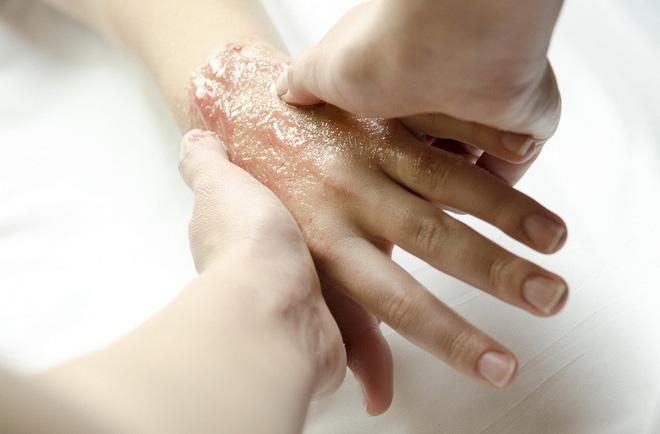 Phải làm gì để giữ đôi tay luôn mịn màng, không bị nhăn nheo khi trời lạnh? - Ảnh 5