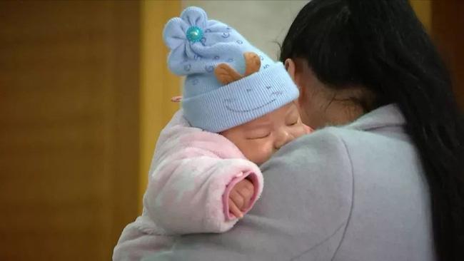 Sáng ra ngủ dậy thấy con 3 tháng tuổi đã chết, cha mẹ kinh hoàng khi biết được nguyên nhân thật sự đằng sau - Ảnh 1