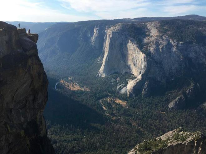 Chụp ảnh tự sướng trên vách đá dựng đứng, vợ chồng Travel Blogger rơi xuống vực chết thảm - Ảnh 1