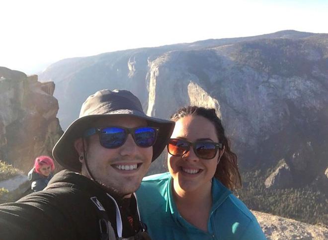 Chụp ảnh tự sướng trên vách đá dựng đứng, vợ chồng Travel Blogger rơi xuống vực chết thảm - Ảnh 4