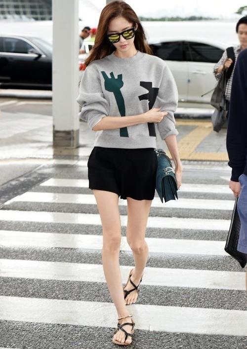 4 kiểu mặc khắc phục tật chân cong giống Yoona (SNSD) - Ảnh 1