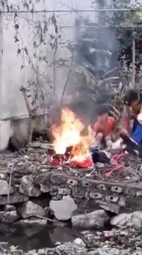 Tiếng khóc xé lòng của bé trai chứng kiến cảnh cha ruột mang sách vở, quần áo của mình ra đốt sạch - Ảnh 3