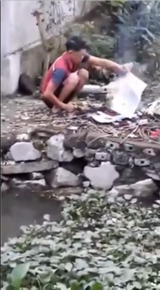Tiếng khóc xé lòng của bé trai chứng kiến cảnh cha ruột mang sách vở, quần áo của mình ra đốt sạch - Ảnh 1