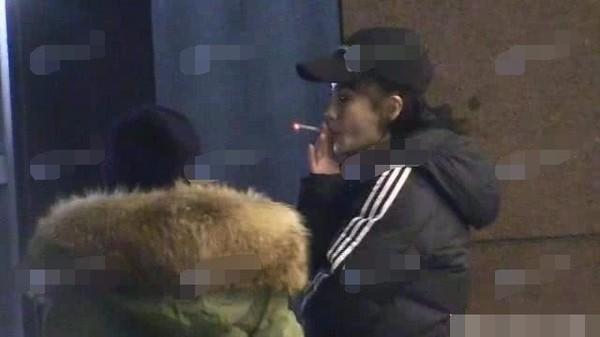 Fan bắt gặp Angela Baby vừa đi vừa phì phèo thuốc lá, cuộc hôn nhân với Huỳnh Hiểu Minh đang rạn nứt? - Ảnh 5