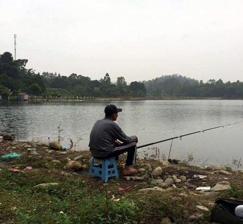 Lương thấp, thầy giáo phải đi câu cá… cải thiện bữa ăn! - Ảnh 1