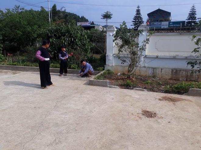 Vụ bé trai lớp 1 tử vong do cô giáo lùi xe: Người nhà đau đớn đến sân trường làm lễ cầu siêu cho cháu - Ảnh 1