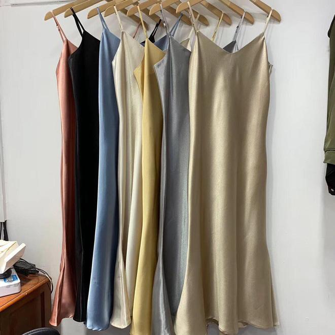 Mát mẻ, sang chảnh lại rất 'lúng liếng', váy lụa hai dây ắt là thứ bạn nên mua hè này - Ảnh 8