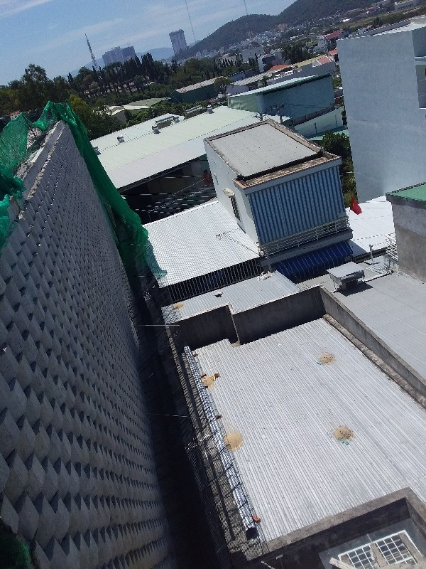 Nha Trang quyết tháo dỡ tường chắn khổng lồ trên đầu nhà dân - Ảnh 1