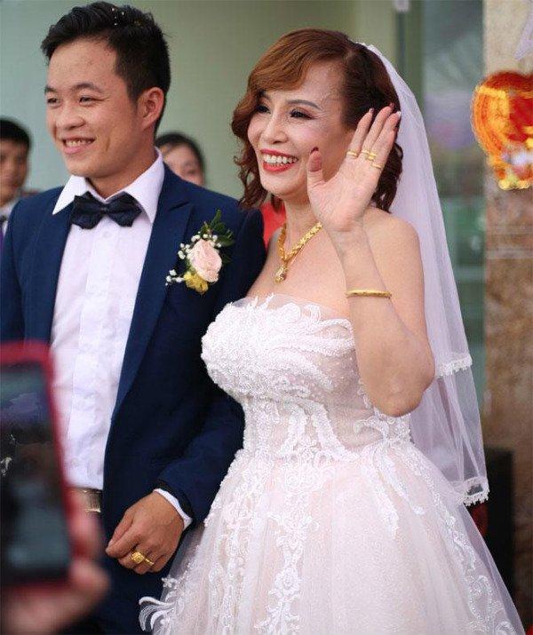 Cô dâu 62 tuổi cùng chồng trẻ lặn lội vào Đồng Nai gặp cô dâu 65 tuổi, giãi bày cách vượt dư luận và giữ hạnh phúc - Ảnh 1