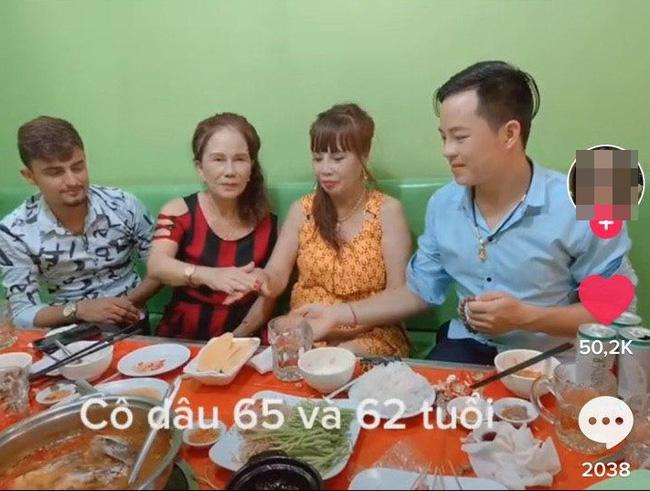 Cô dâu 62 tuổi cùng chồng trẻ lặn lội vào Đồng Nai gặp cô dâu 65 tuổi, giãi bày cách vượt dư luận và giữ hạnh phúc - Ảnh 4