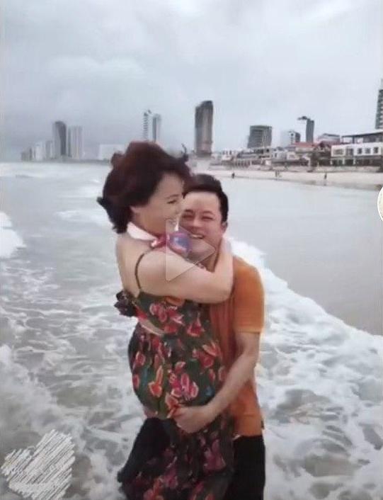 Cô dâu 62 tuổi cùng chồng trẻ lặn lội vào Đồng Nai gặp cô dâu 65 tuổi, giãi bày cách vượt dư luận và giữ hạnh phúc - Ảnh 8