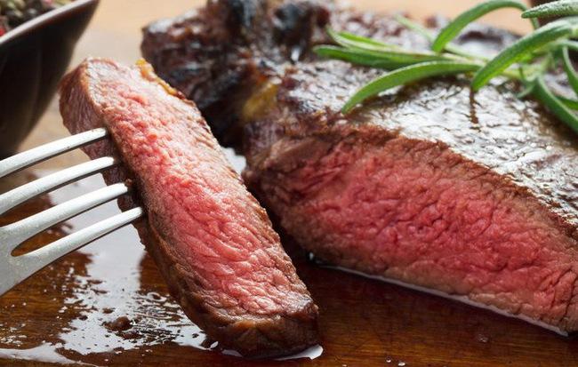 Ai cũng nghĩ nước màu đỏ chảy ra từ thịt bò bít tết là máu nhưng sự thật lại hoàn toàn khác - Ảnh 1