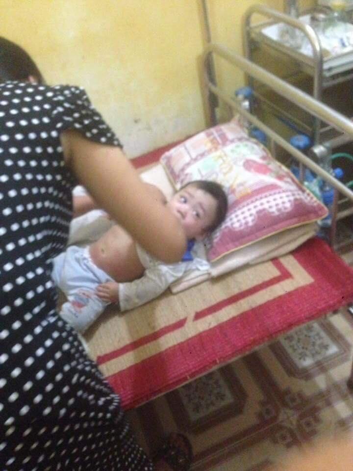 Con trai Bella bầm tím khắp người trong bệnh viện, cư dân mạng phẫn nộ: 'Hãy cứu đứa bé ra khỏi người mẹ này đi' - Ảnh 1