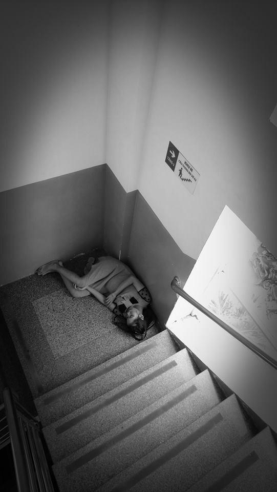 Ảnh mẹ bầu nằm co ro một mình ở góc cầu thang bệnh viện Từ Dũ gây sốt mạng xã hội - Ảnh 2