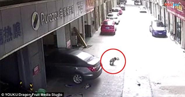 Clip: Cha lái xe cán lên người con trai ngồi chơi trước cửa gara khiến nhiều người bàng hoàng - Ảnh 1