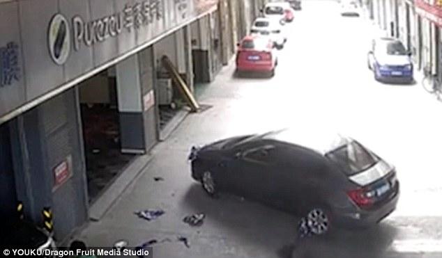 Clip: Cha lái xe cán lên người con trai ngồi chơi trước cửa gara khiến nhiều người bàng hoàng - Ảnh 2