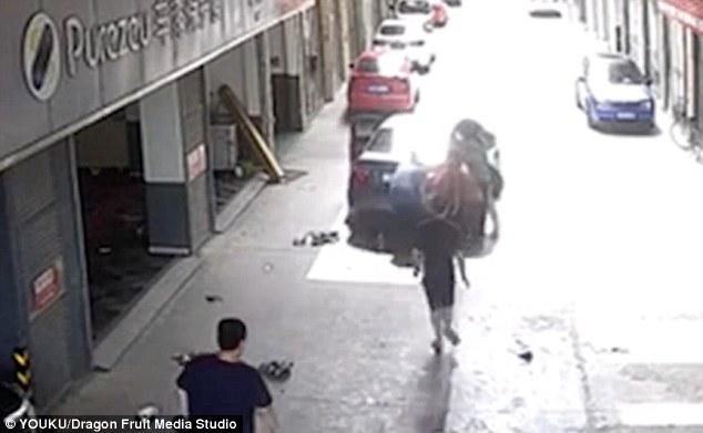 Clip: Cha lái xe cán lên người con trai ngồi chơi trước cửa gara khiến nhiều người bàng hoàng - Ảnh 3
