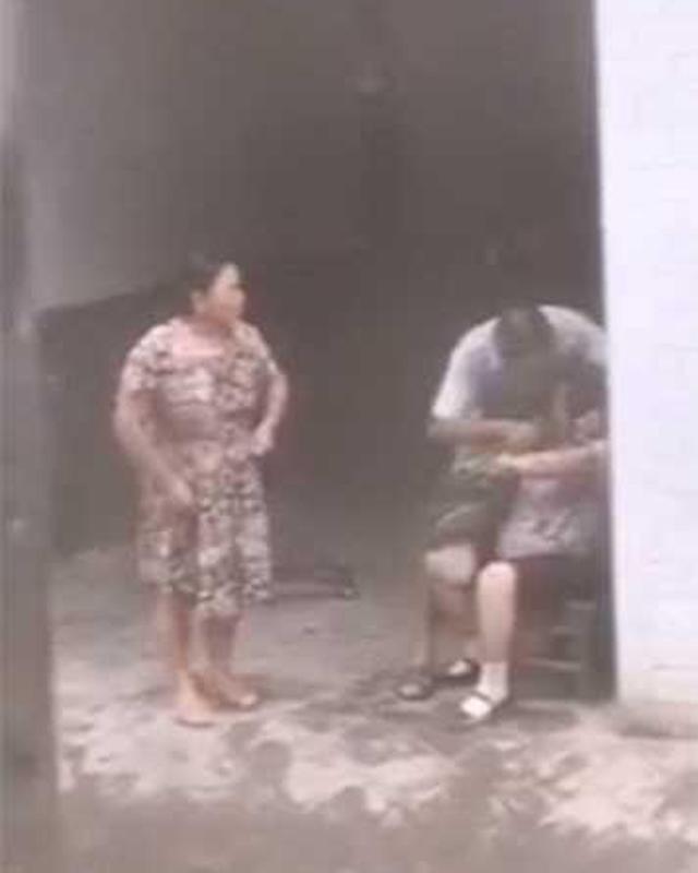 Phẫn nộ clip con trai bênh vợ, nhổ cỏ nhét vào miệng mẹ già 80 tuổi: 'Bà có ăn hay không?' - Ảnh 1