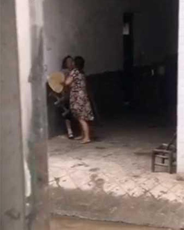 Phẫn nộ clip con trai bênh vợ, nhổ cỏ nhét vào miệng mẹ già 80 tuổi: 'Bà có ăn hay không?' - Ảnh 2