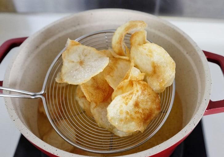 Đây là bí quyết làm snack khoai tây mỏng giòn ngon hơn đi mua - Ảnh 4