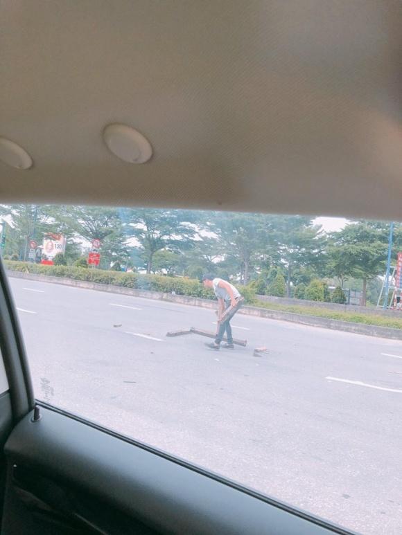 Đang chạy xe, chồng Ngọc Lan dừng lại xuống đường để dọn 'thứ nguy hiểm' này - Ảnh 1