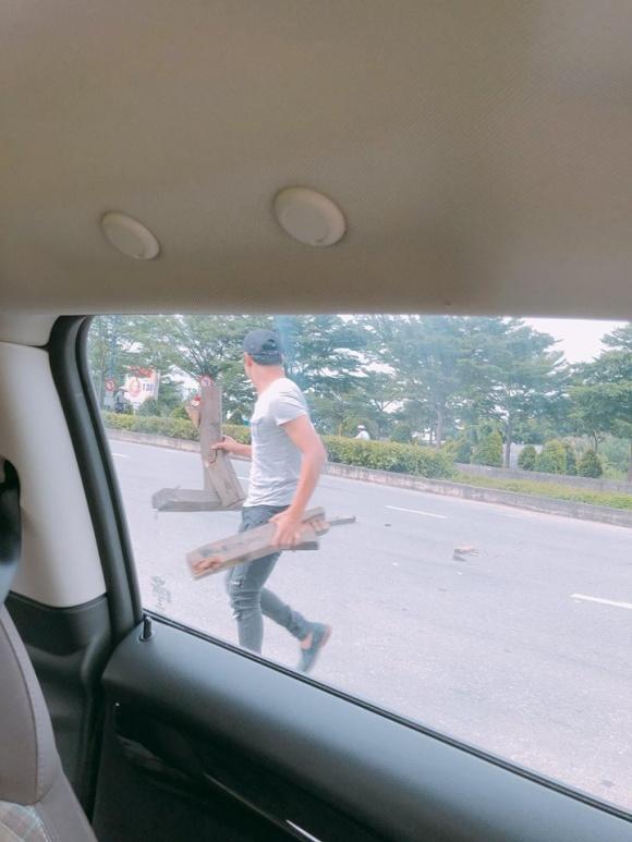 Đang chạy xe, chồng Ngọc Lan dừng lại xuống đường để dọn 'thứ nguy hiểm' này - Ảnh 3