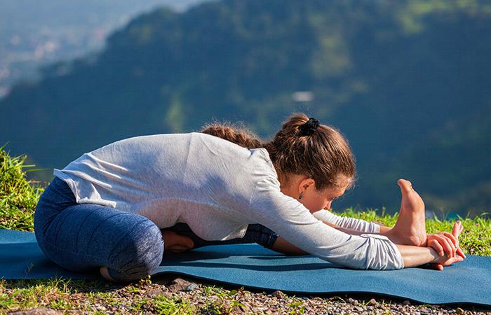Động tác yoga kích thích đào thải độc tố, thanh lọc cơ thể giúp làn da khỏe đẹp, trẻ hóa từ bên trong - Ảnh 4