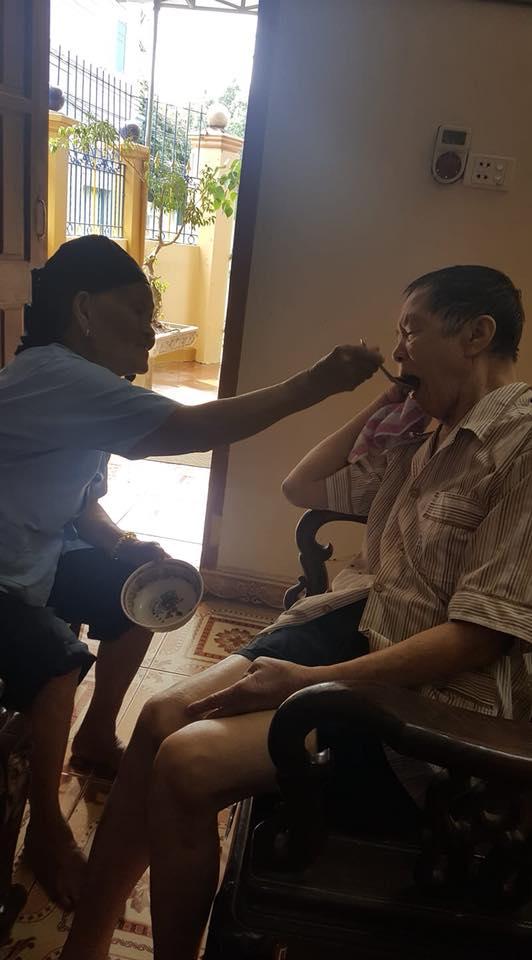 Bị bệnh, cụ ông 85 tuổi được chị gái 90 tuổi đút từng muỗng cơm khiến nhiều người xúc động - Ảnh 1