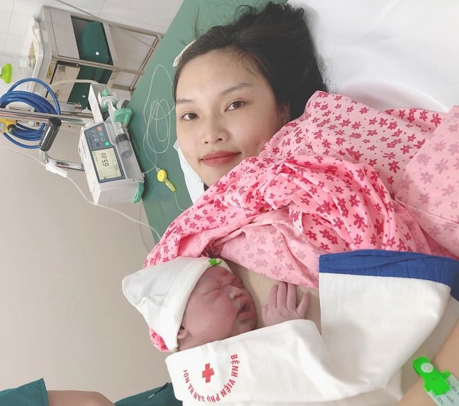 Con 20 ngày tuổi khó thở, mẹ giật mình khi biết bé nhiễm virus từ nụ hôn của chị bé - Ảnh 1