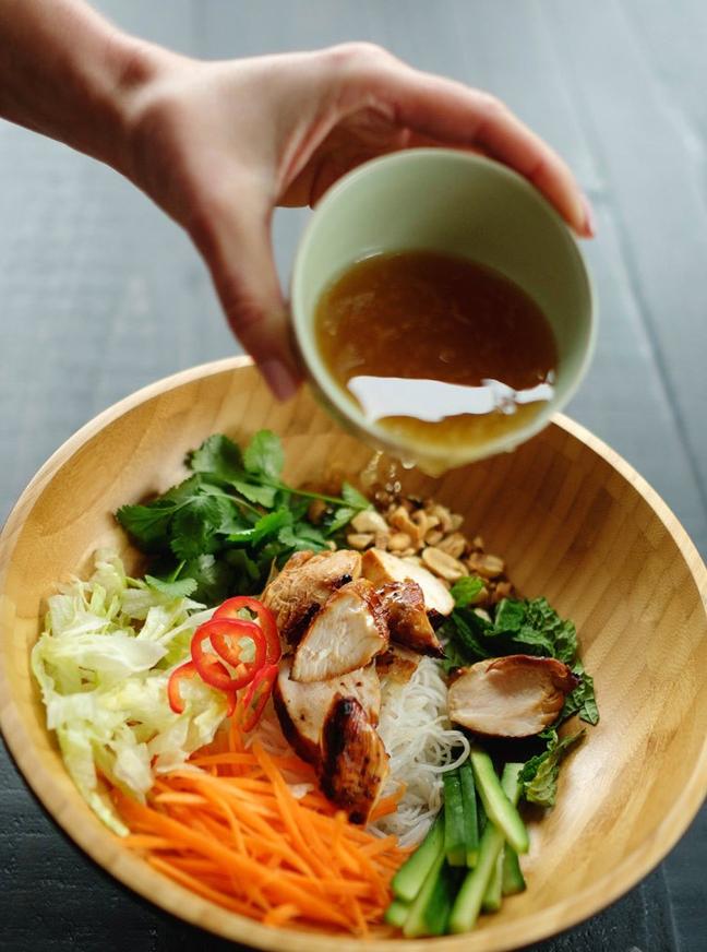 Cách làm miến trộn gà ngon hơn nhà hàng cho bữa cơm ngày mưa thêm hấp dẫn - Ảnh 3
