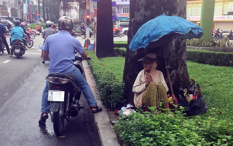 Người phụ nữ Sài Gòn một thời giàu có, 94 tuổi sống gầm cầu, bán vé số - Ảnh 1